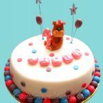 Tort z misiem, balonami i gwiazdkami